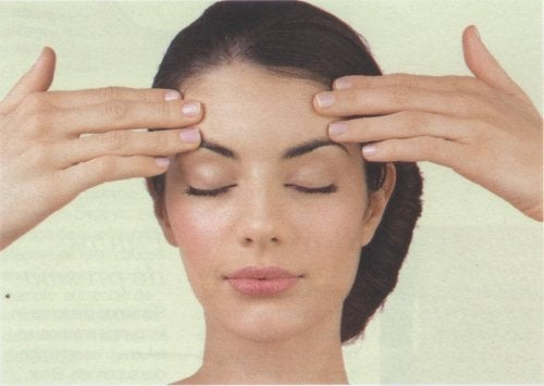 Femeie care își face un masaj facial