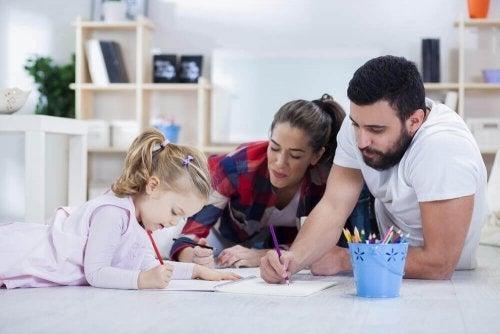 Părinți care explică celui mic importanța notelor la școală
