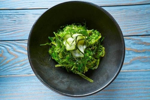 Cum se consumă algele marine în salate