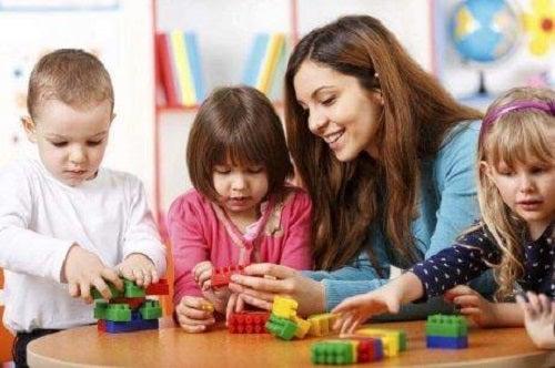 Copii care se joacă cu educatoarea