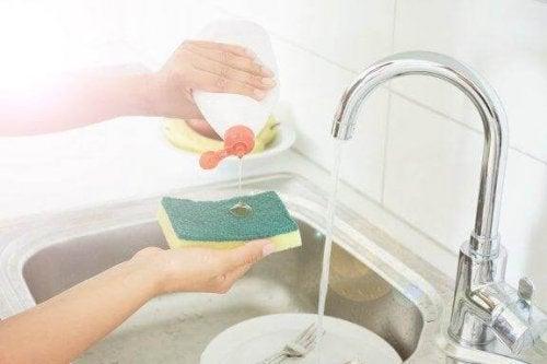 5 trucuri pentru dezinfectarea bureților de vase