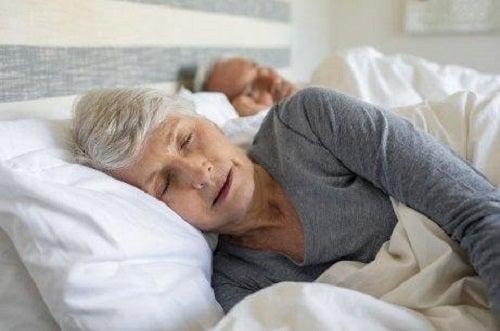 Dormi mai bine dacă ai artrită psoriazică în haine largi