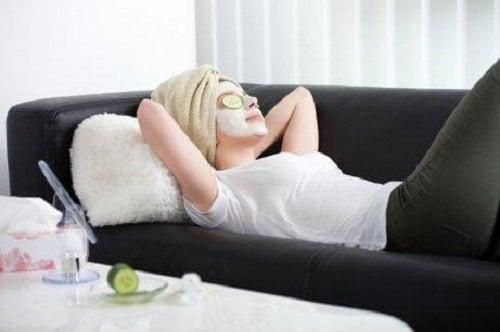 Femeie care aplică curățarea corectă a tenului