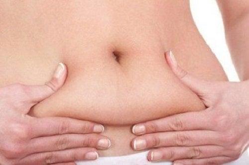 Femeie cu grăsime pe abdomen