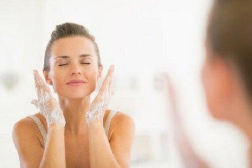 Femeie care se spală pe față