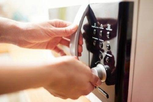 Dezinfectarea bureților de vase în cuptorul cu microunde