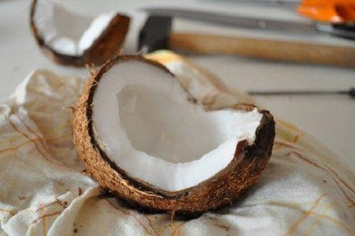 Nuca de cocos spartă