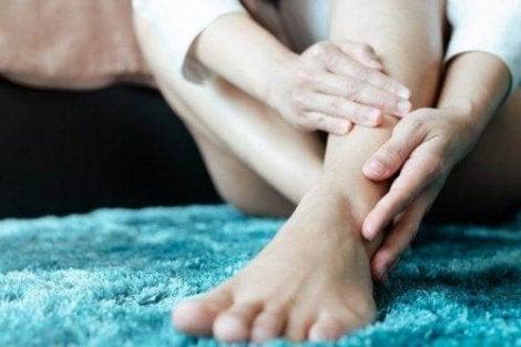 cel mai bun mod de a dormi cu picioarele neliniștite