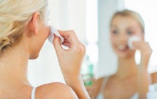 Femeie care aplică soluții pentru curățarea porilor
