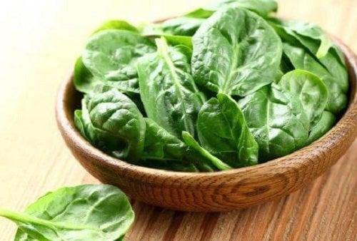 Spanacul pe lista de alimente ce conțin vitamina E