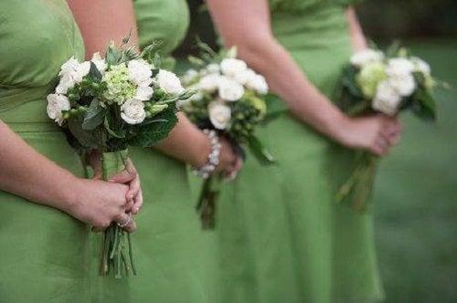 Ținuta perfectă pentru nuntă include o rochie