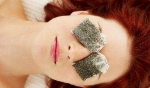 Tratament pentru cearcăne cu pliculețe de ceai