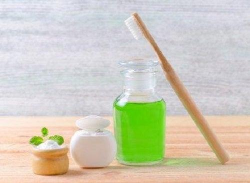 Tratament pentru ulcerațiile și aftele bucale cu apă de gură