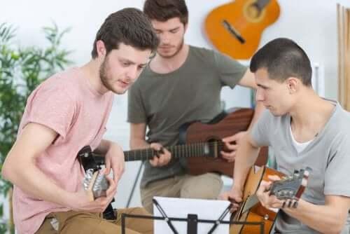 Adolescenți cântând la instrumente muzicale