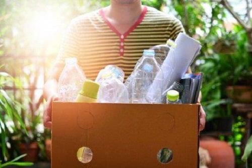 Bărbat care reciclează plastic și hârtie