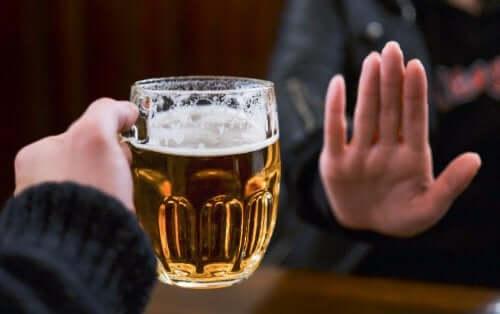 Femeie care refuză cosumul de alcool