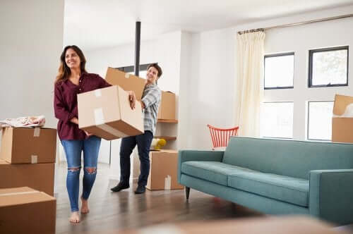Cuplu care mută cutii