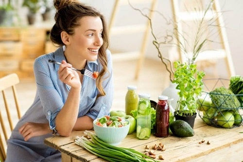 Fată care adoptă dieta vegetariană