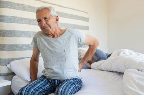 Bărbat cu durere articulară