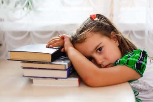 Fată obosită cu capul pe masă