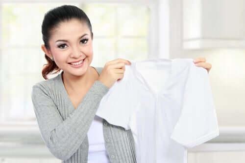 Femeie care albește rufele