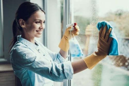 Femeie care spală un geam