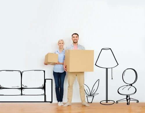 Cuplu care aplică strategii la mutarea în casă nouă