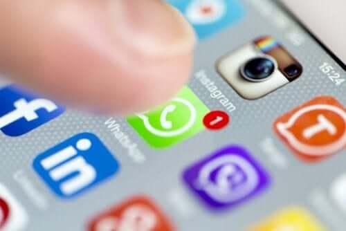 Aplicații pe telefon mobil