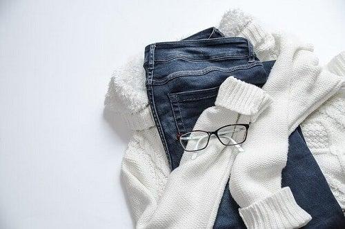 Blugi, bluză și ochelari de vedere
