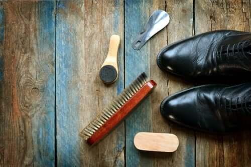 Cum se curăță pantofii de piele: 5 trucuri utile