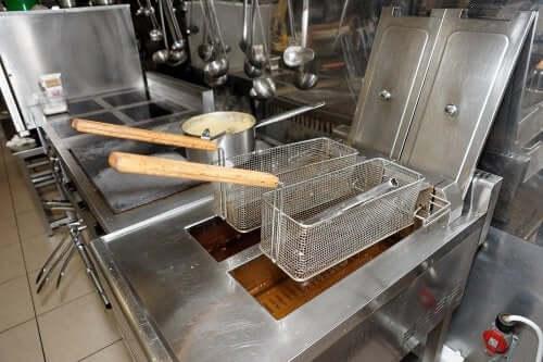 Cum să cureți ușor friteuza fără efort