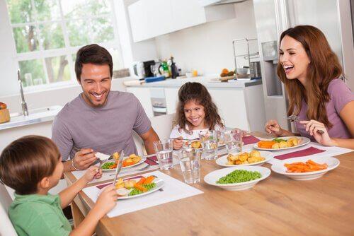 Familie adunată la masă