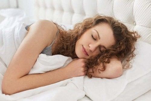 Femeie care doarme în pat