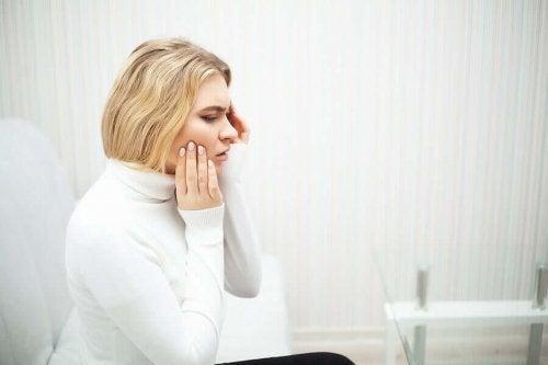 Femeie care are o durere de dinți