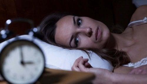 Femeie care se confruntă cu durerea de cap vara