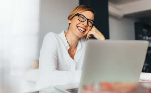 Femeie fericită la serviciu