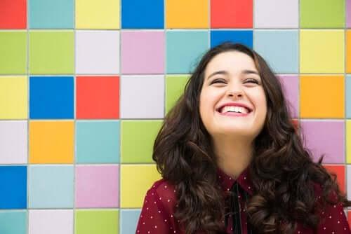 Femeie fericită care râde