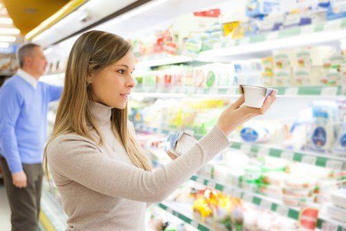 Femeie care studiază reducerea carbohidraților în curele de slăbire