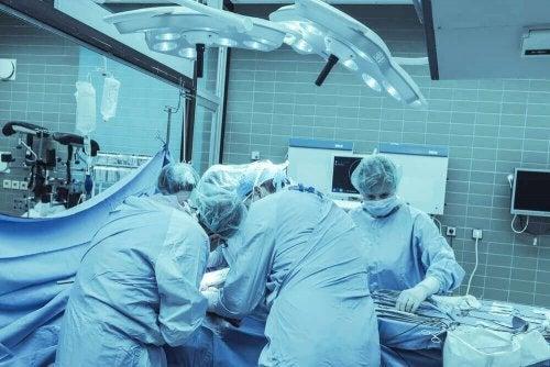 Medici deiscutând despre emisferoctomie