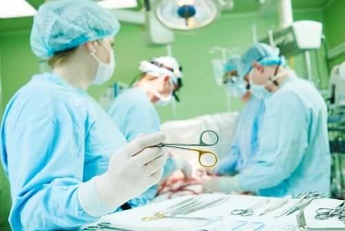 Medici în sala de operație