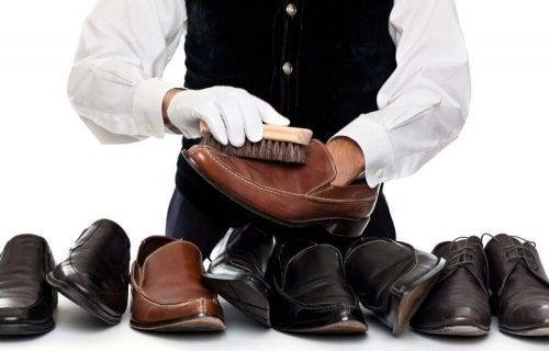 Cum se curăță pantofii de piele la cizmar