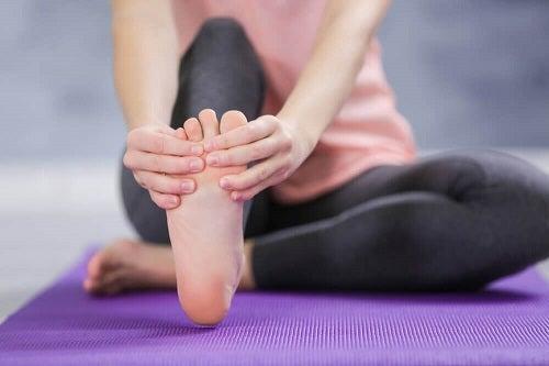 Probleme de sănătate cauzate de șlapi la picioare