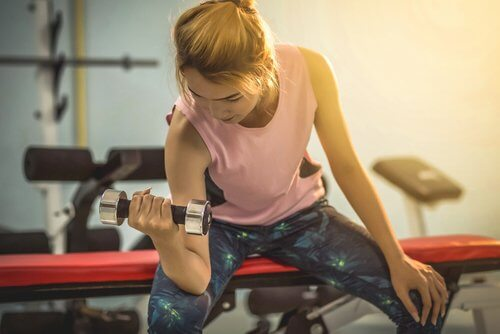 Femeie la antrenament în sală