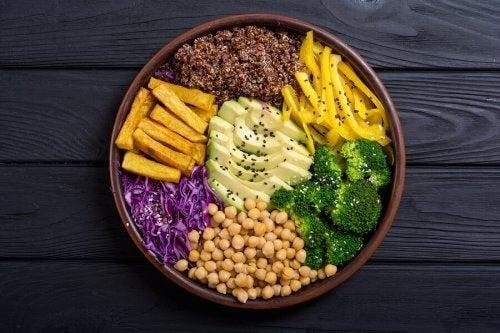 Beneficii și riscuri în dieta raw vegană legată de alimente