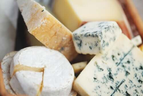 Cum se taie brânza nobilă cu mucegai