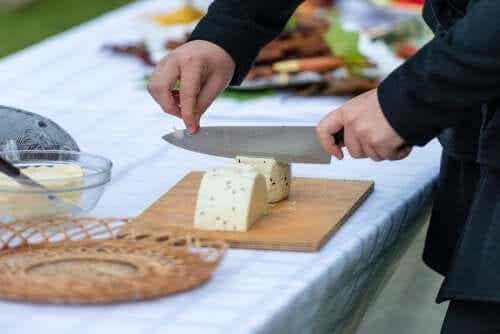 Cum se taie brânza în funcție de tipul său