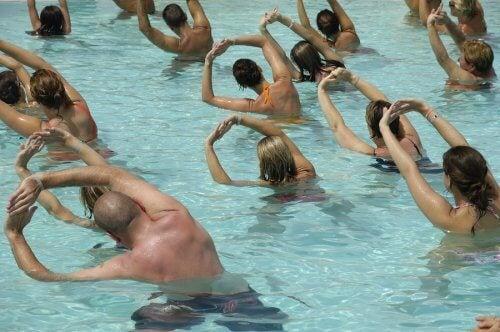 Oameni care fac exerciții în piscină