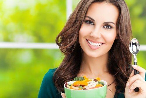 Femeie care știe că alimentația și sportul se îmbină armonios