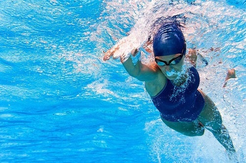 Femeie care înoată