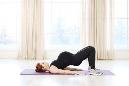 Femeie care face pilates în timpul sarcinii
